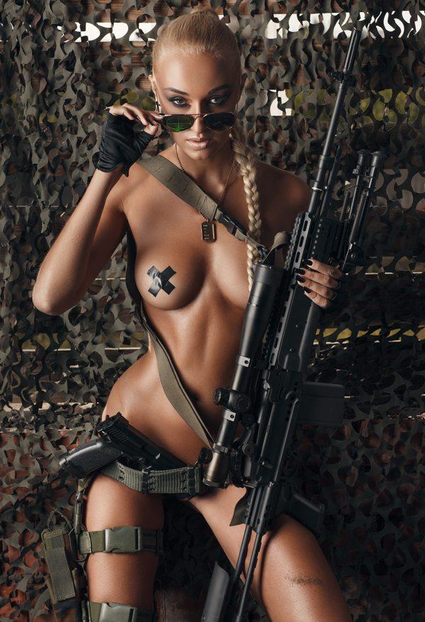 Фото красивых девушек голых с оружием 98225 фотография